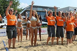 17-07-2014 NED: FIVB Grand Slam Beach Volleybal, Apeldoorn<br /> Poule fase groep A mannen - De Amerikanen waren een wedstrijd vrij aangezien de Duitsers geblesseerd afhaakten. Vrij spel dus op het centercourt / Entertainment Dance girls, vrijwilligers, crew
