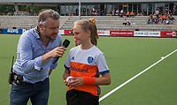 EINDHOVEN - entertainer Rutger Vermast met de Fan off the Match  Pleun voor  de Pro League hockeywedstrijd  Nederland-Duitsland (2-1)   COPYRIGHT KOEN SUYK