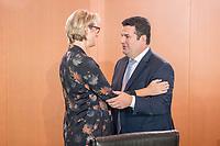 29 AUG 2018, BERLIN/GERMANY:<br /> Anja Karliczek (L), CDU, Bundesforschungsministerin, und Hubertus Heil (R), SPD, Bundesarbeitsminister, im Gespraech, vor Beginn der Kabinettsitzung, Bundeskanzleramt<br /> IMAGE: 20180829-01-022<br /> KEYWORDS: Kabinett, Sitzung, Gespräch