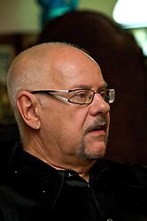 Roberto Valfredo Bicca Pimentel é, na verdade, o estimado comunicador e professor Tatata Pimentel. Um dos professores mais conhecidos nas décadas de 1970 e 1980, quando ensinava aos alunos dos colégios Infante Dom Henrique e Júlio de Castilhos as línguas portuguesa e francesa. A capacidade de se comunicar e se relacionar bem com as pessoas nunca foi desafio para o polêmico Tatata que, com seu jeito extrovertido e elegante de ser, encanta a todos, tanto telespectadores como amigos ou colegas. Aos 66 anos, ainda continua um amante voraz de literatura. FOTO: Itamar Aguiar/Preview.com