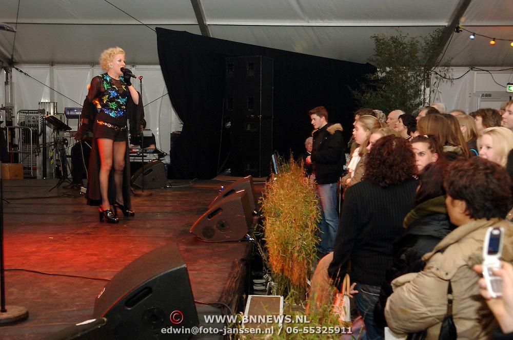 NLD/Huizen/20060324 - Afscheid burgemeester Jos Verdier van de bevolking als burgemeester van Huizen, optreden Saskia Riemens