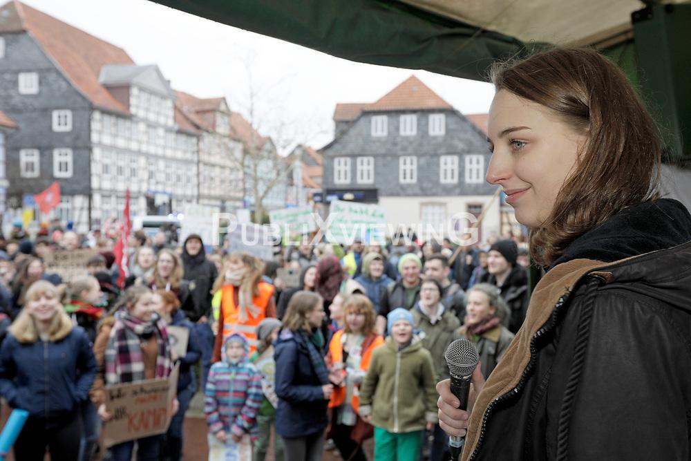 Demonstration der Fridays for Future-Bewegung in Lüchow im Wendland. Im Bild: eine der Sprecher/-innen von FFF im Wendland, Clara Sültemeier<br /> <br /> Ort: Lüchow<br /> Copyright: Andreas Conradt<br /> Quelle: PubliXviewinG
