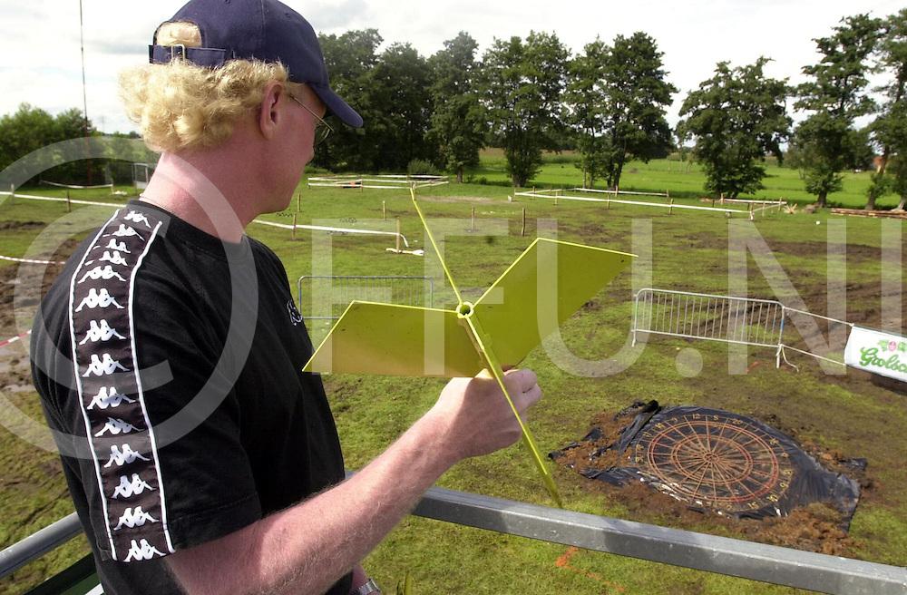 fotografie frank uijlenbroek©2001 michiel van de velde.010810 lemelerveld ned.high darting op het feestterrein in lemelerveld vanaf een hoogwerker in een groot dartbord op de grond de grote pijlen gooien