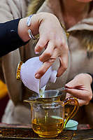 Chine, Province du Yunnan, Kunming, le marché du thé, ceremony du thé // China, Yunnan, Kunming, tea market, tea ceremony
