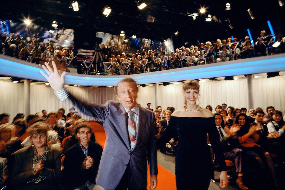"""04 OCT 1990 - Milano - Mike Bongiorno e Paola Barale durante la registrazione de """"La ruota della Fortuna"""" :-: Italian television quiz master Mike Bongiorno and showgirl Paola Barale"""