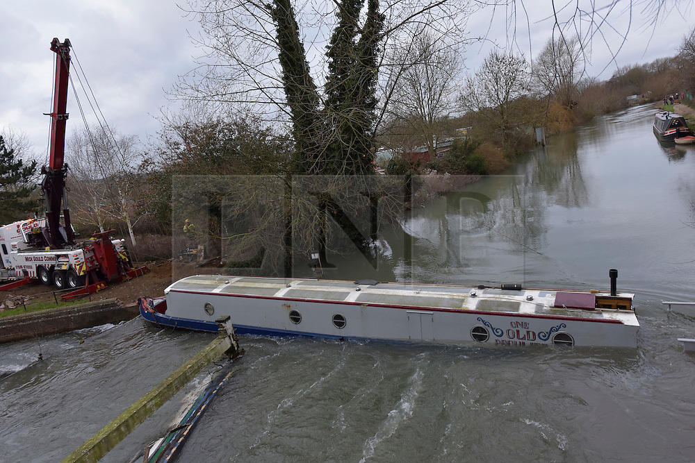© Licensed to London News Pictures. 05/02/2016. Osney Bridge, Oxford. Environment Agency recover a sunken barge that has blocked the River Thames at Oxford since Monday. Photo credit : MARK HEMSWORTH/LNP