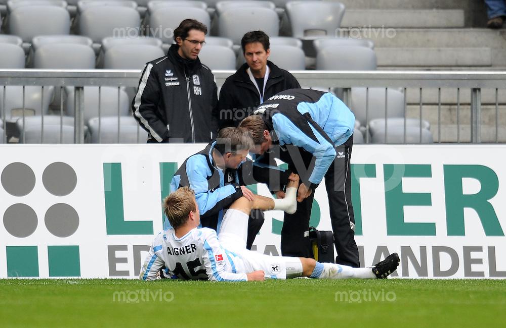 2. Fussball Bundesliga:  Saison   2010/2011  ,9.  Spieltag  1860 Muenchen - Arminia Bielefeld   23.10.2010 Stefan Aigner wird verletzt und behandelt (1860 Muenchen)