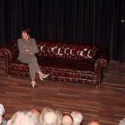 NLD/Hilversum/20070817 - Straten rond het Mediapark Hilversum vernoemd, Mies Bouwman op haar oude tv bank