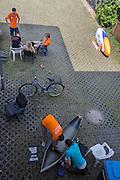De trainers van de VU praten met rijdster Christien Veelenturf (achter), terwijl de technische studenten van de TU aan de VeloX IV werken. Het Human Power Team Delft en Amsterdam (HPT), dat bestaat uit studenten van de TU Delft en de VU Amsterdam, is in Senftenberg voor een poging het uurrecord te verbreken op de Dekrabaan. In september wil het HPT daarna een poging doen het wereldrecord snelfietsen te verbreken, dat nu op 133 km/h staat tijdens de World Human Powered Speed Challenge.<br /> <br /> The trainers of the VU talk to rider Christien Veelenturf (background) while the technical students of the TU work on the VeloX IV. With the special recumbent bike the Human Power Team Delft and Amsterdam, consisting of students of the TU Delft and the VU Amsterdam, is in Senftenberg (Germany) for the attempt to set a new hour record on a bicycle. They also wants to set a new world record cycling in September at the World Human Powered Speed Challenge. The current speed record is 133 km/h.