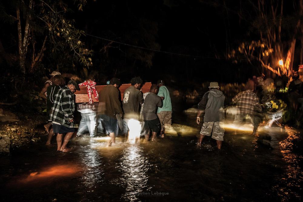 Le cercueil est porté à bras d'homme pour traverser la rivière et rejoindre le monde des esprits. - Tribu de Tendo - Hienghene - Nouvelle Calédonie - Aout 2013