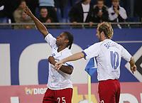 Fotball<br /> Bundesliga Tyskland 2004/05<br /> Hamburger SV v Freiburg<br /> 27. oktober 2004<br /> Foto: Digitalsport<br /> NORWAY ONLY<br /> 1:0 Jubel v.l. Torschütze Emile Mpenza, Sergej Barbarez