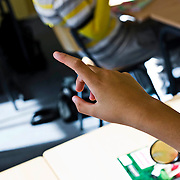 Nederland Rotterdam 23-09-2009 20090923 Foto: David Rozing  Serie over onderwijs, Een allochtone leerling steekt vinger in de lucht om een vraag te stellen. vragen stellen.  Orde houden, een vraag stellen.                                                        .Foto: David Rozing