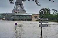 France, Paris, Inondations du 3 juin 2016, pont Bir Hakeim et Tour Eiffel // France, Paris, flood of June 3 2016, Bir Hakeim bridge and Eiffel tower