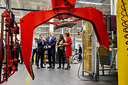 Koning Willem-Alexander heeft samen met staatssecretaris Van Ark van Sociale Zaken en Werkgelegenheid een werkbezoek gebracht aan Schunk Xycarb Technology in Helmond. Het bezoek stond in het teken van veiligheidsbeleid en veiligheidscultuur op de werkvloer.