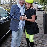 NLD/Naarden/20120422 - Inloop gasten verjaardagsfeest Monique des Bouvrie, Eddy de Kroes en partner Erna Brinkers