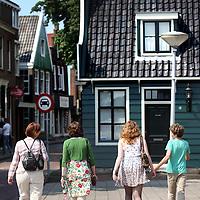 Nederland, Zaandam , 5 juli 2013.<br /> Wandeling door de binnenstad van Zaandam.<br /> Starten bij De Werf aan de Oostzijde. Daarvandaan kun je lopen op een soort boulevard tussen de flats en het water. De eerste stop is De Fabriek, filmhuis en eetcafé met terras aan de Zaan met uitzicht op de sluis. Daarna de sluis zelf.<br /> Dan langs het winkelgebied richting de Koekfabriek: Het oude Verkade pand dat is verbouwd en waar nu de bieb en sportschool en restaurant etc. in zitten.<br /> (Dat is aan de overkant van het startpunt) en misschien nog de Zwaardemaker meepakken aan de Oostzijde. Dat is een oud pakhuis die Rochdale enige jaren geleden heeft verbouwt tot appartementen met een stukje Nieuwbouw.<br /> Ook doen: het Russische buurtje vlakbij de Zaan. Dit jaar staat Rusland in de schijnwerpers en Zaandam heeft een speciale band met Rusland, vanwege het Czaar Peterhuisje en de Russische buurt. <br /> Op de foto: Gezellig samen wandelen op de Hogendijk.<br /> Foto:Jean-Pierre Jans