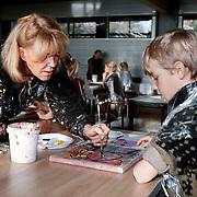 Astrid Engels en kinderen Flevoschool schilderen kalender voor Ronald McDonaldhuis