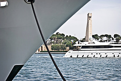 Il Monumento al Marinaio in viale Duca degli Abbruzzi sullo sfondo, mentre uno yatch naviga le acque del porto di Brindisi. In primo piano la prua di una nave attraccata. 29/05/2010 PH Gabriele Spedicato