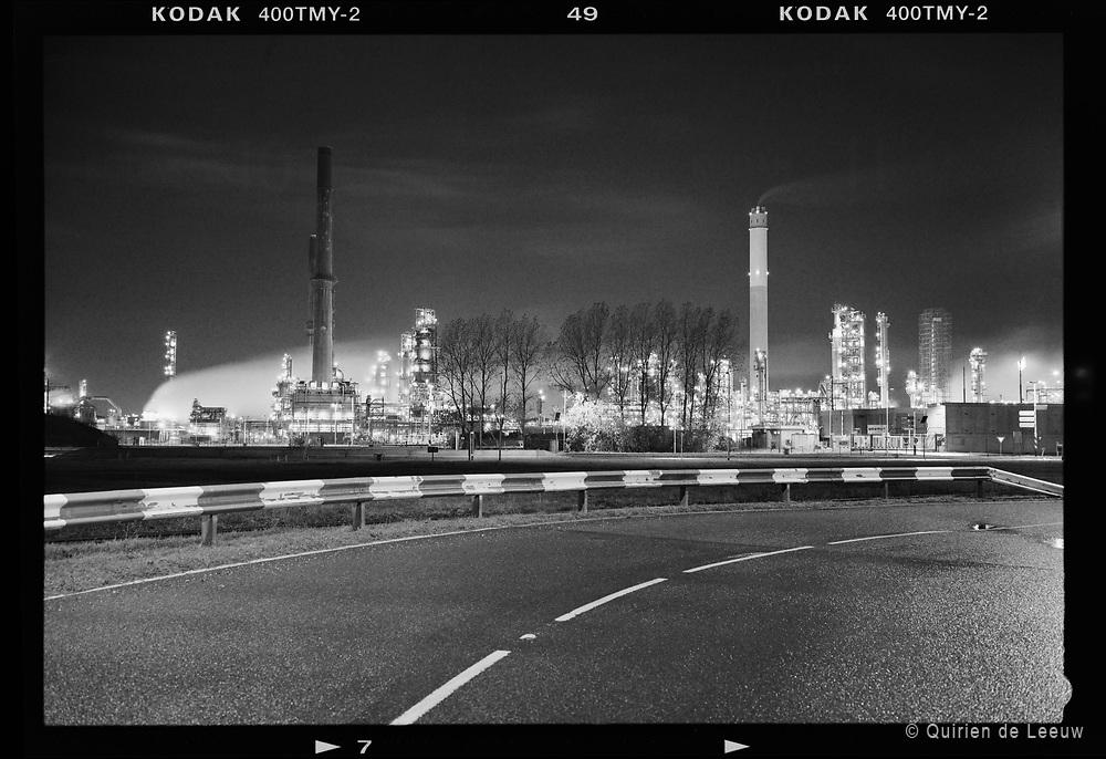 Een afgelegen weg in het industriegebied Europoort, Rotterdam Haven