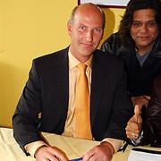 Ondertekenen contract optreden Koninginnedag 2004 door Massada, dhr. van der Hulst