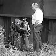 NLD/Muiden/19900424 - Zoekactie van duikers in de Muidertrekvaart naar de vermiste zwangere bewoonster Mieke Guliën bij brug Maxis Muiden