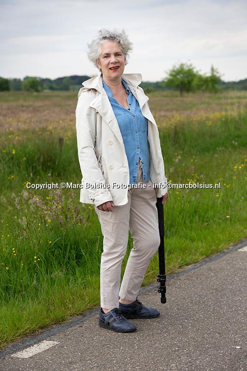 Nederland,  Den Bosch, Miranda aan dewandel in het Bosschebroek op zoek met Marc naar Ruiters te paard naar de mariaviering in de Sint jAn.