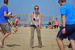 20150627 NED: WK Beachvolleybal day 2, Scheveningen<br /> Nederland heeft er sinds zaterdagmiddag een vermelding in het Guinness World Records bij. Op het zonnige strand van Scheveningen werd het officiële wereldrecord 'grootste beachvolleybaltoernooi ter wereld' verbroken. Maar liefst 2355 beachvolleyballers kwamen zaterdag tegelijkertijd in actie / Team Nederlandse Ski Vereniging met Laura