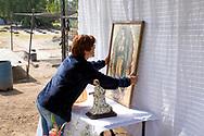 02 junio 2021, Tultepec, Estado de México. Una mujer prepara una imagen de la virgen de Guadalupe previo a la visita de la imagen de San Juan de Dios a su taller.