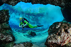 Taucher, Taucher bei Eingang zur Hoehle von Ginnie Springs, Scuba diver by entrance of the cave from Ginnie Spring, High Springs, Gilchrist County, Florida, USA, United States, MR yes, Februar 2014