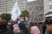encadre : après les funérailles de Belaïd qui ont mobilisé 40.000 personnes, Ennarda a organisé une manifestation qui n'a su qu'attirer 4000 manifestants, certains brandissaient des pannaux anti-français.