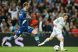 12.04.2016, Estadio Santiago Bernabeu, Madrid, ESP, UEFA CL, Real Madrid vs VfL Wolfsburg, Viertelfinale, Rueckspiel, im Bild Real Madrid's Luka Modric (r) and WfL Wolfsburg's Maximilian Arnold // during the UEFA Champions League Quaterfinal, 2nd Leg match between Real Madrid and VfL Wolfsburg at the Estadio Santiago Bernabeu in Madrid, Spain on 2016/04/12. EXPA Pictures © 2016, PhotoCredit: EXPA/ Alterphotos/ Acero<br /> <br /> *****ATTENTION - OUT of ESP, SUI*****