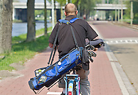 RIJSWIJK- Open Golfdagen 2011 op de Rijswijkse Golfclub. Een golfer op zijn fiets op weg naar de golfbaan.FOTO KOEN SUYK