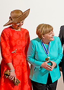 uUitreiking van de Four Freedoms Awards 2016 aan de Duitse bondskanselier Angela Merkel in de Nieuwe Kerk in Middelburg. De Four Freedom Awards is een prijs voor  de inzet van de vrijheid van meningsuiting, de vrijheid van godsdienst, de vrijwaring van gebrek en de vrijwaring van vrees.<br /> <br /> Presentation of the Four Freedoms Awards in 2016 to German Chancellor Angela Merkel in the Nieuwe Kerk in Middelburg. The Four Freedom Awards is a price for the use of freedom of expression, freedom of religion, freedom from want and freedom from fear.<br /> <br /> Op de foto / On the photo:  koningin Maxima en Duitse bondskanselier Angela Merkel / Queen Maxima and German Chancellor Angela Merkel