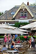 Nederland, Ooij, 27-7-2016Vanwege het mooie weer is het druk op het terras van huiskamercafe oortjeshekken. Een toetistische trekpleister voor fietsers, wandelaars en dagjesmensen aan de dijk in de ooijpolder .Foto: Flip Franssen/Hollandse Hoogte