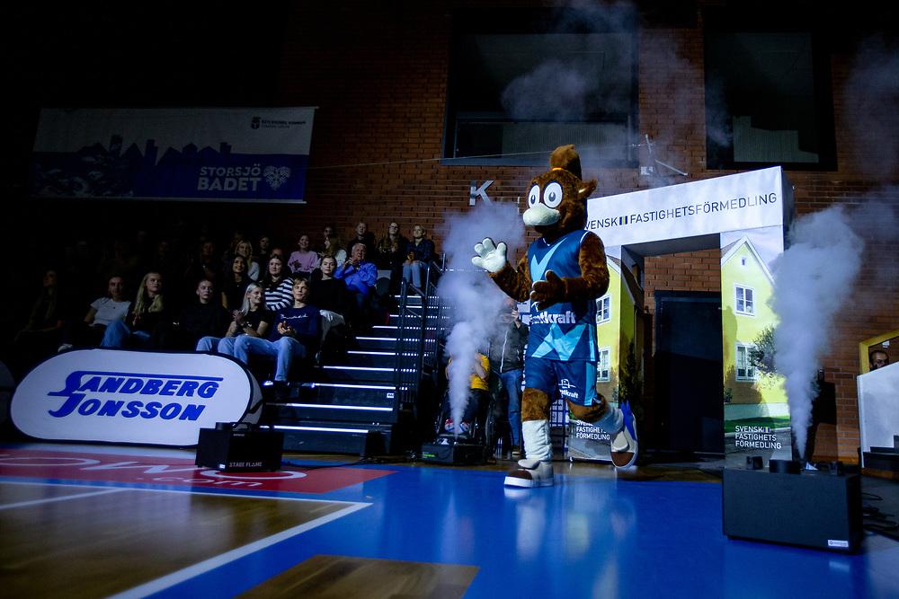 ÖSTERSUND 20211007<br /> Jämtlands maskot Elektra under torsdagens match i basketligan mellan Jämtland Basket och Norrköping Dolphins.<br /> Foto: Per Danielsson / Projekt.P