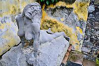 France, Martinique, Saint-Pierre, statue en lave dans les ruines du théâtre du Petit Paris // France, West Indies, Martinique, Saint-Pierre, ruins of the Petit Paris theater