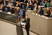 """19.04.1999, Deutschland/Berlin:<br /> Gerhard Schröder, SPD, Bundeskanzler, gibt die Regierungserklärung """"Vollendung der Deutschen Einheit"""" ab, im Hintergrund: Regierungsbank und Präsidium, Eröffnungssitzung des Deutschen Bundestages im Reichstag, Berlin<br /> IMAGE: 19990419-01/05-06<br /> KEYWORDS: Gerhard Schroeder"""