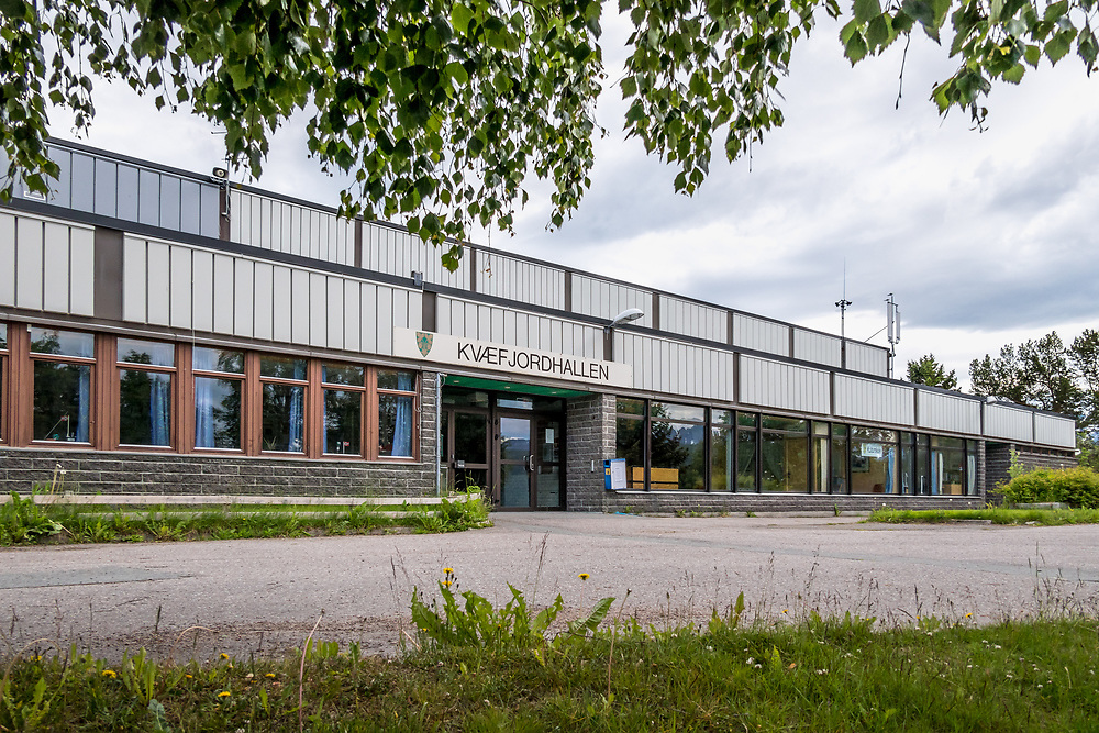 Hovedinngangen ved Kvæfjordhallen idretts- og svømmehall, som ligger ved Borkenes skole.