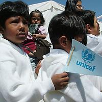 Ecatepec, Mex.- Niños reciben a Marcelo Marsoli, oficial de UNICEF en México y Celia Aguilar, oficial de promoción de UNIFEM, durante una visita que realizaron a funcionarios municipales de Ecatepec para conocer las condiciones en que viven los niños de esta zona y poder colaborar con las autoridades con programas a favor de la niñez. Agencia MVT / Jose Israel Nuñez. (DIGITAL)<br /> <br /> <br /> <br /> <br /> <br /> <br /> <br /> NO ARCHIVAR - NO ARCHIVE