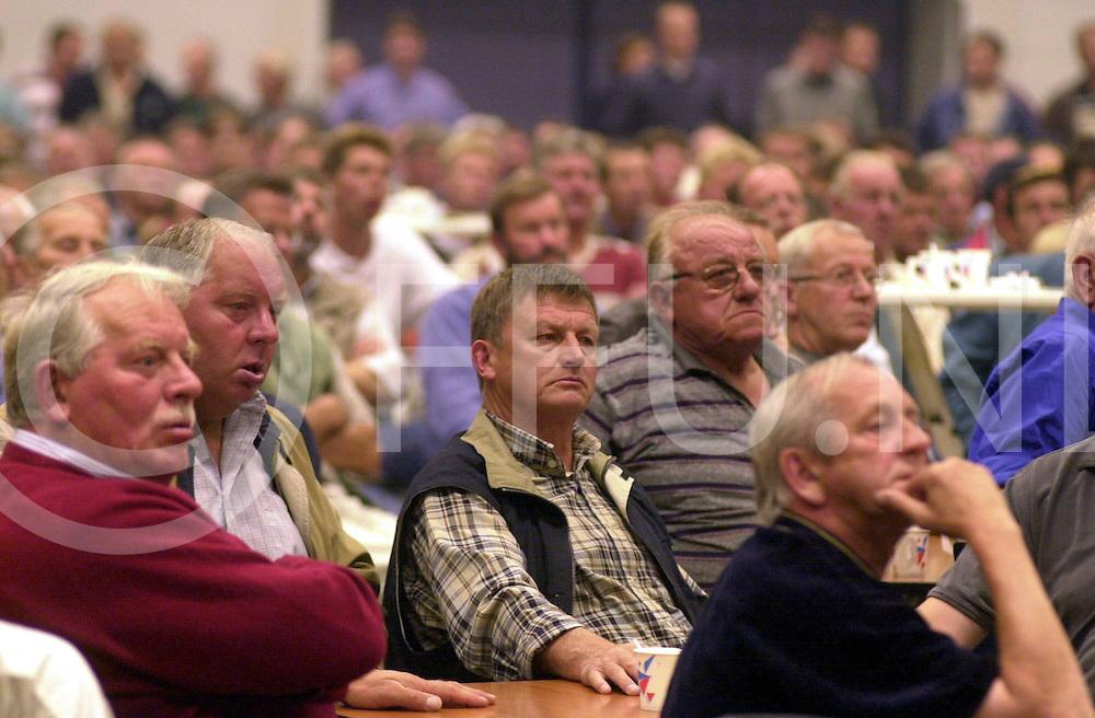 fotografie frank uijlenbroek@2001/michiel van de velde.010711 zwolle ned.protest bijeenkomst van boeren ivm het veemarkten beleid in de ijsselhallen waar een groot aantal boeren uit de regio op af kwam .