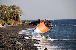 traditionelles Auslegerboot segelt an Vulkanstrand, Outrigger-Canoe sailing at vulcanic beach, Bali, Tulamben, Indonesien, Indopazifik, Bali, Indonesia Asien, Indo-Pacific Ocean, Asia