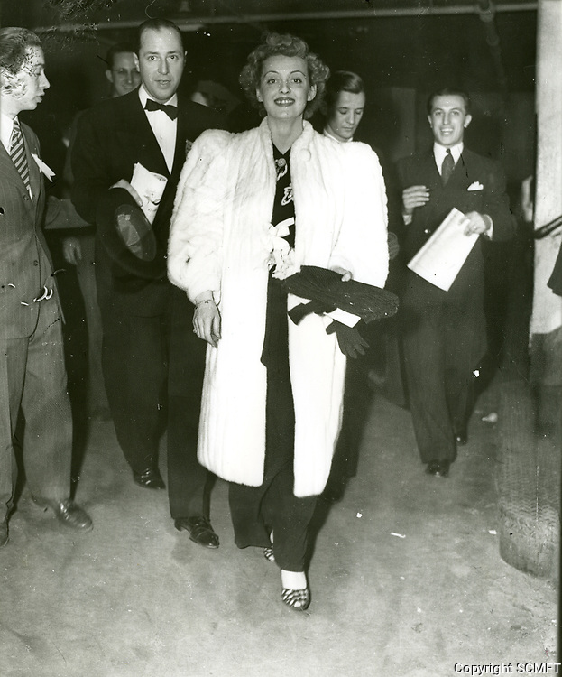 1947 Bette Davis at a Carthay Circle Theater premiere