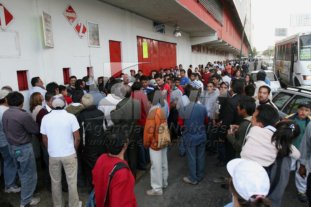 Toluca, Mex.- Aficionados del equipo de futbol Toluca, hace largas filas en las taquillas del estadio Nemesio Diez, que se reportan con las localidades agotadas, con la esperanza de conseguir un boleto para el partido final del torneo de apertura del futbol mexicano el proximo domingo contra el equipo Chivas de Guadalajara. Agencia MVT / Mario Vazquez de la Torre. (DIGITAL)<br /> <br /> <br /> <br /> <br /> <br /> <br /> <br /> NO ARCHIVAR - NO ARCHIVE