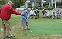 Marlof Strumphler geeft 1 keer week de bewoners van Bejaardentehuis Oldenhove in Overveen golfles. Mevrouw Doctor (87) krijgt aanwijzingen van Marlof Strumphler. Foto Koen Suyk