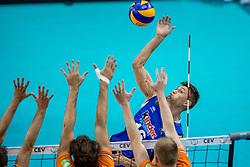 19-08-2017 NED: Oefeninterland Nederland - Italië, Apeldoorn<br /> De Nederlandse volleybal mannen spelen hun tweede oefeninterland van twee in Topsporthal De Voorwaarts tegen Italie als laatste voorbereiding op het EK in Polen /  Oleg Antonov #16