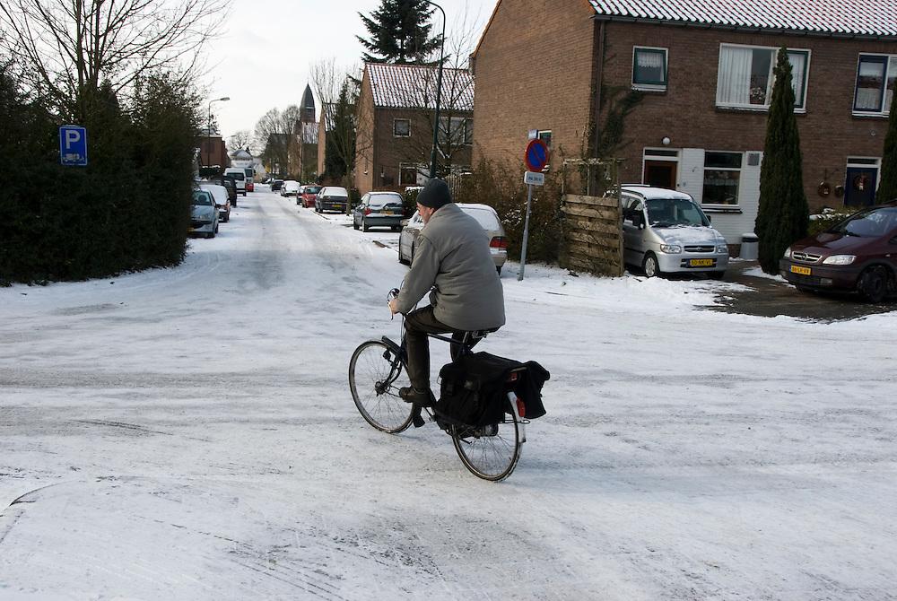 Driebergen,12 febr, 2010.De winterkou. Fietsende man op gladde weg.. (c)Renee Teunis.
