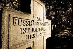 09.10.2010, Friedhof Militaerakademie, Wiener Neustadt, AUT, Panorama, Freidhoffeature Allerheiligen Allerseelenfeatures, im Bild Beton Kreuz mit Inschrift Quelle des Lebens, EXPA Pictures 2010, PhotoCredit: EXPA/ S. Trimmel