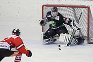 08.03.2011, Dielsdorf, Eishockey 2. Liga, Illnau - Chur, Tommy Neininger scheitert an Torhueter Dennis Volkart  (Thomas Oswald/hockeypics)