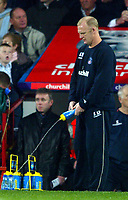 Fotball<br /> Premier League 2004/2005<br /> 06.11.2004<br /> Foto: BPI/Digitalsport<br /> NORWAY ONLY<br /> <br /> Crystal Palace v Arsenal<br /> <br /> Palace manager Iain Dowie squirts a water bottle