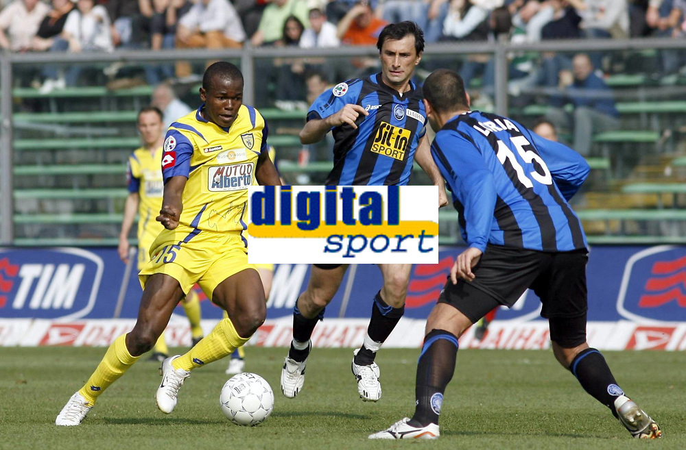 Fotball<br /> Foto: imago/Digitalsport<br /> NORWAY ONLY<br /> <br /> 07.04.2007<br /> Victor NSofor Obinna (Chievo Verona, li.) gegen Simone Loria (re.) und Antonino Bernardini (beide Bergamo)